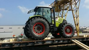 Перевозка тракторов МТЗ на платформе специалистами СТОУН-ЛОГИСТИКА