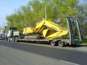 Перевозка экскаватора на платформе специалистами компании СТОУН-ЛОГИСТИКА